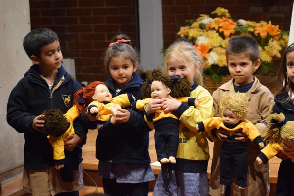 Niñas y niños de prekínder y kínder recibieron a Georgita y Georgito en una liturgia