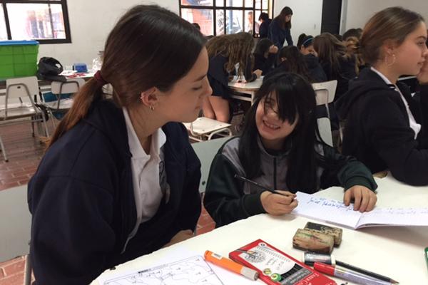 Alumnos de 7° y 8° hacen apoyo escolar a niños de Escuela María Goretti en Recoleta